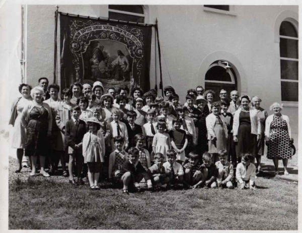 Group of people outside the Ainon Chapel